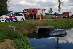Nieuws: Auto belandt in sloot in Beuningen, bestuurder naar ziekenhu