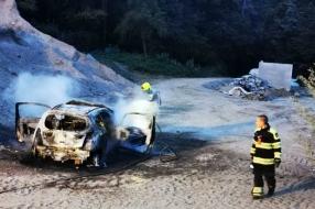 Auto brandt volledig uit bij zandplaats