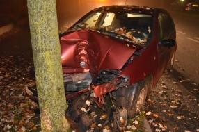 Nieuws: Auto klapt op boom in Beuningen, bestuurder gewond