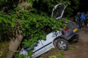 Nieuws: Bestuurder botst tegen boom en gaat ervandoor