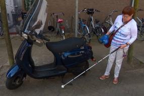 Nieuws: Blinden klaar met wildgeparkeerde fietsen en scooters: 'Denk