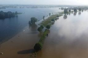 Nieuws: Deze dronebeelden laten zien hoe het waterpeil in de Maas bi