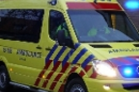 Ewijk - Auto tegen boom, bestuurder gewond