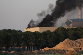 Grote brand bij afvalverwerker in Weurt geblust