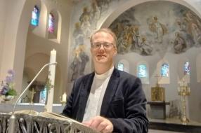Nieuws: Nieuwe pastoor gaat aan de slag
