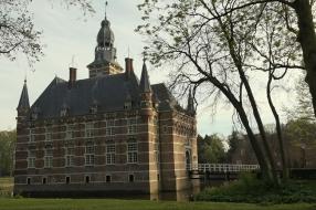 Nieuws: Scheuren en verzakkingen kasteel Wijchen na de zomer aangepa