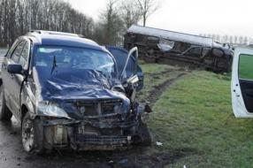 Nieuws: Vrachtwagen kantelt na aanrijding