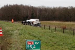 Nieuws: Vrachtwagen op A73 belandt op z'n kant in sloot