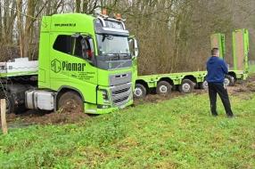 Nieuws: Vrachtwagen schaart en belandt in berm A73