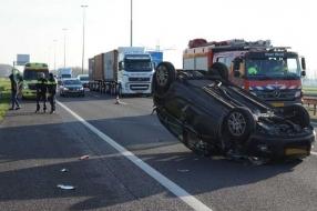 Nieuws: Vrouw slaat met auto over de kop op A73